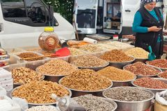 香料、坚果和干果子多种多样在地方街市贸易商架子  免版税库存照片