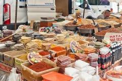 香料、坚果和干果子多种多样在地方街市贸易商架子  库存照片