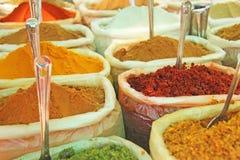 香料印度 香料在市场上被卖在印度 以子弹密击红色 免版税库存照片