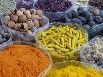 香料和干果子待售在尼兹瓦Souk,阿曼 免版税库存图片