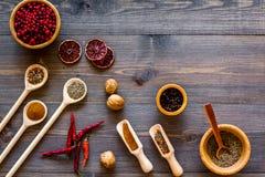 香料和干草本品种在碗在木厨房用桌背景顶视图大模型 免版税库存图片