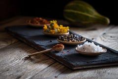 香料和草本在一个木碗 图库摄影