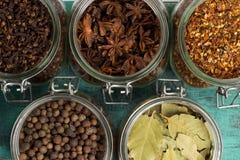 香料和草本在瓶子 食物,烹调成份 木的表 免版税库存照片