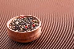 香料在一个木碗的被分类的胡椒 库存图片