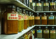 香料在一家商店刺激玻璃用在前景的热的咖喱 免版税库存图片