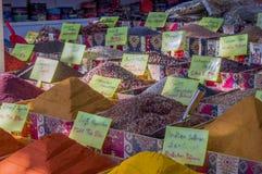 香料在土耳其义卖市场 库存图片