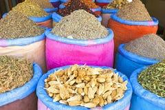 香料在马拉喀什,摩洛哥市场上  库存图片