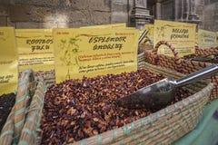 香料存放在普遍的市场上在格拉纳达 免版税图库摄影