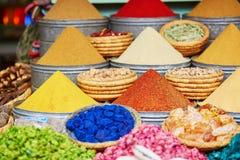 香料的选择在一个传统摩洛哥市场上的在马拉喀什,摩洛哥 免版税图库摄影