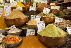 香料粉末品种在传统铜碗的在伊朗的一个老义卖市场 库存图片