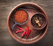 香料胡椒的选择 在黑木桌上的食物背景 免版税库存照片