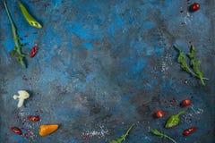 香料草本和绿色的选择 烹调的成份 在黑板岩桌上的食物背景 免版税库存图片