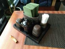 香料设置与绿色餐巾 图库摄影