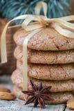 香料饼干用杏仁 圣诞节礼品隔离白色 圆的曲奇饼,栓与丝带 免版税库存图片