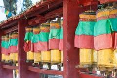 香格里拉,中国- 2015年3月13日:在拜伊吉寺庙的玛尼轮子 fa 库存图片
