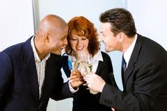 香槟使叮当响的玻璃 免版税库存图片