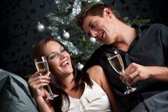香槟侈奢圣诞节的夫妇 库存照片