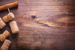 香槟和拔塞螺旋黄柏在木的葡萄酒 免版税图库摄影