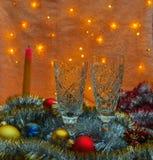 香槟和新的Year& x27两块玻璃; s玩具 库存照片