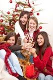 香槟圣诞节四个妇女年轻人 免版税库存图片