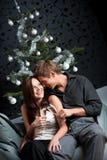 香槟圣诞节夫妇年轻人 库存图片