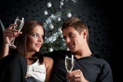 香槟圣诞节夫妇年轻人 库存照片