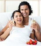 香槟夫妇被迷恋的敬酒 库存照片