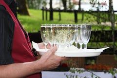 香槟服务的等候人员 免版税库存照片
