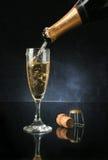 香槟槽倾吐 库存照片