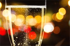 香槟槽充满变冷的泡影,关闭 免版税库存照片
