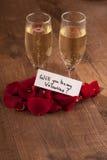 香槟槽和礼物对情人节 免版税库存照片