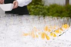 香槟玻璃敬酒 免版税库存照片