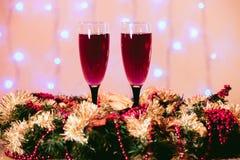 香槟玻璃背景多士弄脏了光红色桃红色新年 库存图片