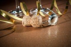 从香槟瓶和两块玻璃的黄柏 库存图片