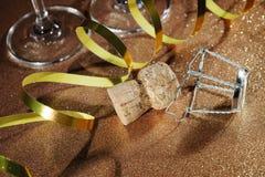 从香槟瓶和两块玻璃的黄柏 免版税库存照片