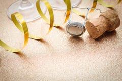 从香槟瓶的黄柏有飘带的 免版税库存图片