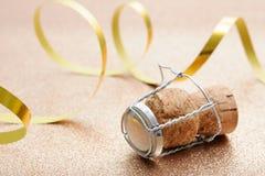 从香槟瓶的黄柏有飘带的 免版税图库摄影