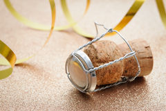 从香槟瓶的黄柏有飘带的 免版税库存照片