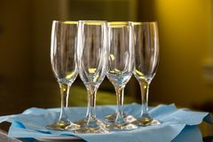 香槟的空的玻璃在盘子 假日的初期 库存照片