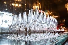 香槟的空的玻璃在餐馆 免版税库存照片