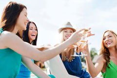 戴香槟眼镜的女孩在小船 免版税图库摄影