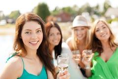 戴香槟眼镜的微笑的女孩 免版税库存图片