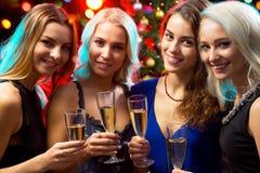 戴香槟眼镜的愉快的少妇  免版税库存照片