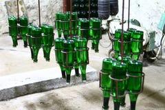 香槟葡萄酒酿造-在传动机的绿色瓶的工业图象 库存照片