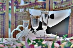 香槟装饰了婚姻装饰花的玻璃 免版税库存照片