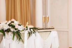 香槟装饰了婚姻装饰花的玻璃 库存照片