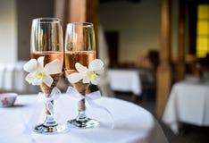 香槟装饰了婚姻装饰花的玻璃 库存图片
