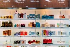 香水瓶和化妆产品待售在时尚秀丽百货大楼显示 库存图片