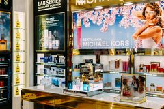 香水瓶和化妆产品待售在时尚秀丽百货大楼显示 库存照片