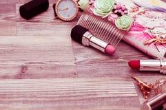 香水组成大理石舱内甲板位置 构成化妆用品和刷子 免版税库存照片